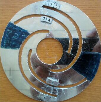 магниты с обеих сторон полоски алюминия
